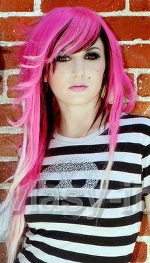 Dlouhý sestříhaný scene účes z růžových vlasů podbarvený černě, na konečcích bílý melír