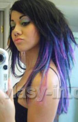 Dlouhý scene účes z černých vlasů, od krku dolů fialových